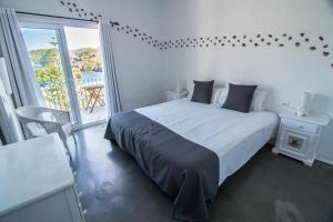 A bed or beds in a room at Hotel Cala Joncols
