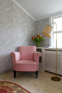 A seating area at Vestlax Mellangård