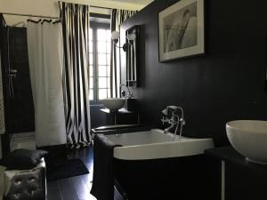 A bathroom at Le Domaine de Cordey