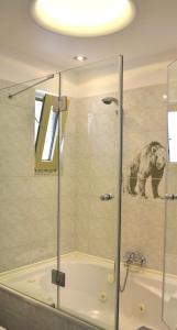 Ένα μπάνιο στο Saga Hotel