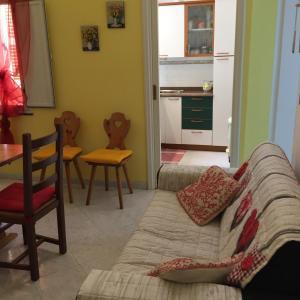 A seating area at Alloggio privato Giunic