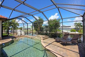 Ein Blick auf den Pool von der Unterkunft Waterfront Villa ID5218 oder aus der Nähe