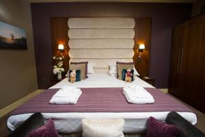 A bed or beds in a room at The Mere Golf Resort & Spa