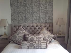 A bed or beds in a room at Fortitude Cottage