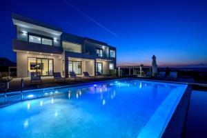 Der Swimmingpool an oder in der Nähe von Thea Sunrise Luxury Villa with Heated Eco Pool
