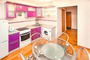 A kitchen or kitchenette at Apartments at Lva Yashina 10