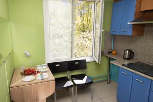 Кухня или мини-кухня в Apartment In Strogino