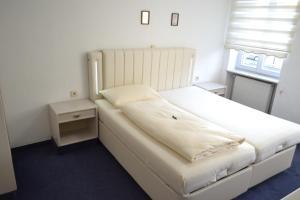 Ein Bett oder Betten in einem Zimmer der Unterkunft Hotel Zum Lamm
