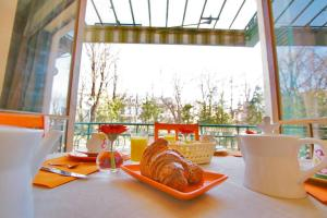 Breakfast options available to guests at Hôtel Des Poètes