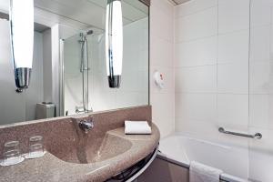 A bathroom at Tryp by Wyndham Wuppertal