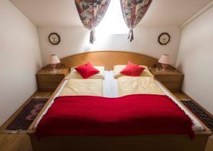 Ein Bett oder Betten in einem Zimmer der Unterkunft Hotel Garni Ramsl