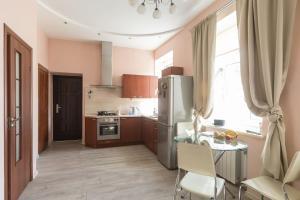 Кухня или мини-кухня в Modern and comfortable apartment-studio