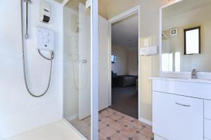 A bathroom at Arena Motel
