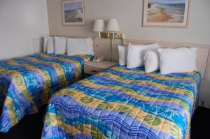 A bed or beds in a room at Thunderbird Beach Motel