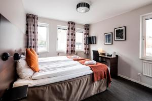 A bed or beds in a room at First Hotel Solna