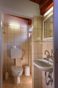 A bathroom at Nikos Hotel