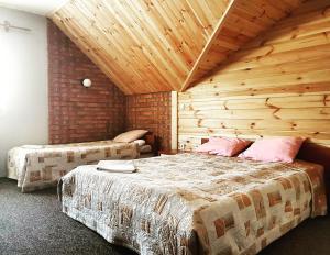 Łóżko lub łóżka w pokoju w obiekcie Zajazd Złota Rybka