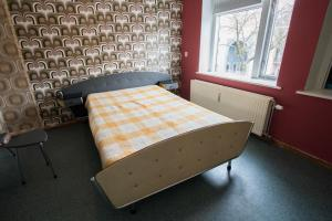 Een bed of bedden in een kamer bij At Yetty's Place Vintage Apartment Hotel