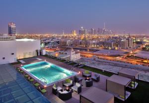 Vue sur la piscine de l'établissement The Canvas Hotel Dubai – MGallery ou sur une piscine à proximité
