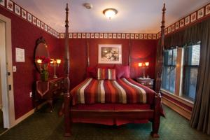 A bed or beds in a room at Stroudsmoor Country Inn