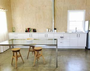 A kitchen or kitchenette at SUNSET RIDGE BYRON BAY - Eco-Luxe Stay