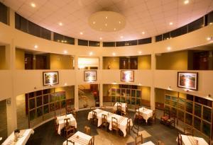 Un restaurante o sitio para comer en Inti Ñan Hotel