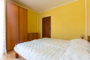 A bed or beds in a room at Apartment Batomalj