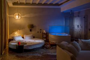 A bed or beds in a room at SuiteSistina for Lovers