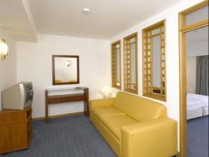 Een zitgedeelte bij Hotel Apartamento Brisa Sol