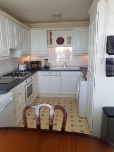 A kitchen or kitchenette at 1 Derby Court Castletown