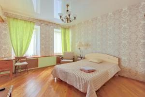 A bed or beds in a room at Apartments at Kazanskaya 9