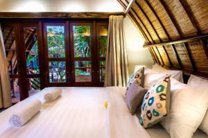 A bed or beds in a room at Manta Dive Gili Trawangan Resort