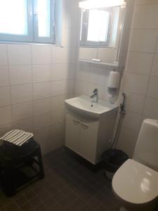 Kylpyhuone majoituspaikassa Pyhäniemen vuokramökit