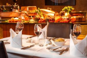Ein Restaurant oder anderes Speiselokal in der Unterkunft Swiss-Belhotel du Parc Baden