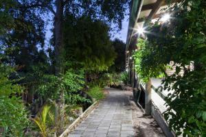 A garden outside Farnham Court Motel and Restaurant