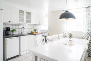 A kitchen or kitchenette at Halmstad Hotell & Vandrarhem Kaptenshamn