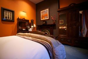 A bed or beds in a room at The Red Door Country House