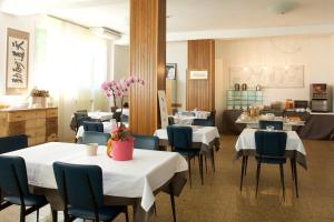 A restaurant or other place to eat at Hotel Spring