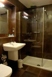 A bathroom at The Kveldsro House Hotel