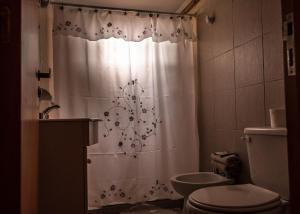 A bathroom at Calafate Hostel