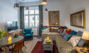 A seating area at 3on7 Apartments