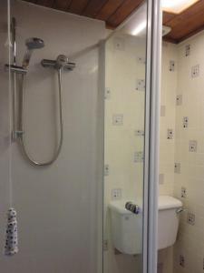 A bathroom at Ryder House B&B