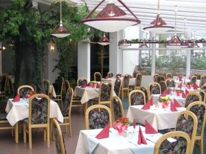 A restaurant or other place to eat at WALDHOTEL SEELOW - ein Land-gut-Hotel