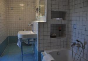 A bathroom at Manoir Kasselslay