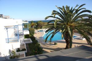 Θέα της πισίνας από το Miros Hotel Apartments  ή από εκεί κοντά