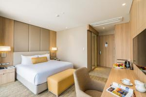A bed or beds in a room at SKYVIEW Hotel Bangkok