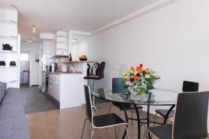 Una cocina o zona de cocina en Two-Bedroom Apartment Diosa Tanit