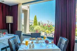 A restaurant or other place to eat at Ai Yannis Suites and Apartments Hotel