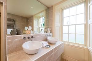 A bathroom at Cavens Country House