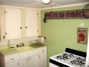 A kitchen or kitchenette at Lakeside Getaway